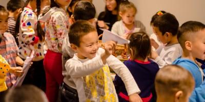 Өнөр бүл асрамжийн газрын 50 хүүхдэд бэлэг барилаа